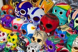 Painted skull souvenirs on market stall, Bucerias, Nuevo Vallarta, Nayarit, Mexico'の写真素材 [FYI03782692]