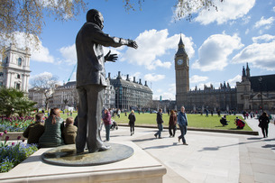 Nelson Mandela statue and Big Ben clocktower, Parliament Square, Westminsterの写真素材 [FYI03782776]