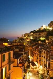 Via Colombo at dusk in Riomaggiore, Cinque Terre, Liguriaの写真素材 [FYI03782908]