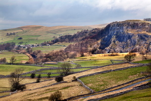 Stainforth Scar from Langcliffe near Settle, Yorkshire Dales, Yorkshireの写真素材 [FYI03782958]