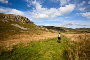 Walker on a Public Footpath near Settle, Yorkshireの写真素材 [FYI03782982]