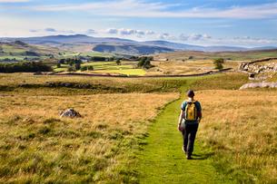 Walker on a Public Footpath approaching Winskill Stones, Yorkshireの写真素材 [FYI03782987]