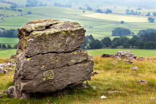 Erratic boulder at Norber, Yorkshireの写真素材 [FYI03782988]