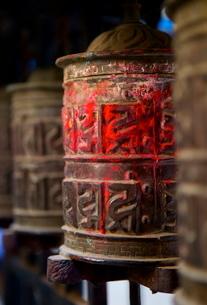 Prayer wheels, Kathmandu, Nepalの写真素材 [FYI03783038]