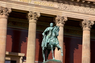 Statue of Friedrich Wilhelm IV on a horse outside The Old National Gallery (Alte Nationalgalerie), Bの写真素材 [FYI03783055]