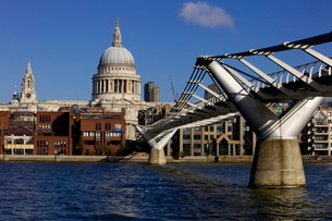 St. Pauls Cathedral, Millennium Bridge and River Thames viewed from South Bankの写真素材 [FYI03783078]