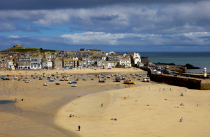 Looking across the harbour at St. Ives at low tide towards St. Ives Head, Cornwallの写真素材 [FYI03783105]