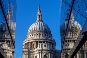 St. Paul's Cathedral viewed from One New Change in the City of Londonの写真素材 [FYI03783122]