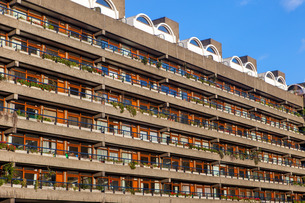 Barbican Apartments, modernist architecture and high rise residential living in Londonの写真素材 [FYI03783125]