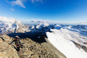 Climber on south ridge of Dent Blanche, 4357m, with view to the Matterhorn, Valais, Swiss Alps, Switの写真素材 [FYI03783230]