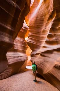 Girl visiting Upper Antelope Canyon, Navajo Tribal Park, Arizona, United States of America, North Amの写真素材 [FYI03783237]