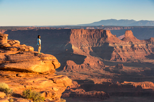 Girl admiring the landscape, Dead Horse Point State Park, Moab, Utah, United States of America, Nortの写真素材 [FYI03783242]