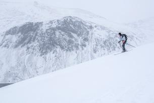 Ski touring at Loch Avon on the River Avon, Cairngorms National Park, Scotland, United Kingdom, Euroの写真素材 [FYI03783250]