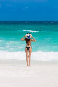 A young Brazilian woman in a bikini on Arraial do Cabo Beach, Rio de Janeiro State, Brazil, South Amの写真素材 [FYI03783261]