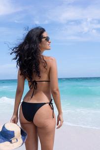 A young Brazilian woman in a bikini on Arraial do Cabo Beach, Rio de Janeiro State, Brazil, South Amの写真素材 [FYI03783266]