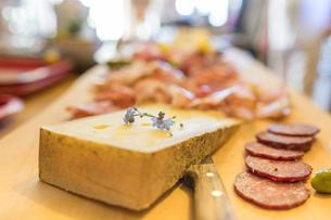 Typical salami and cheese on chopping board, San Romerio Alp, Brusio, Canton of Graubunden, Poschiavの写真素材 [FYI03783376]