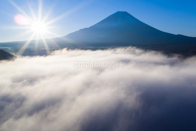 Clouds over Lake Ashinoko with Mount Fuji behind, Fuji-Hakone-Izu National Park, Hakone, Shizuoka, Hの写真素材 [FYI03783413]