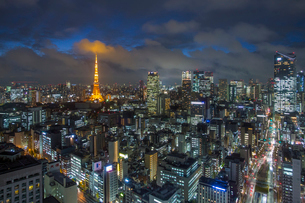 Elevated night view of the city skyline and iconic illuminated Tokyo Tower, Tokyo, Japan, Asiaの写真素材 [FYI03783417]