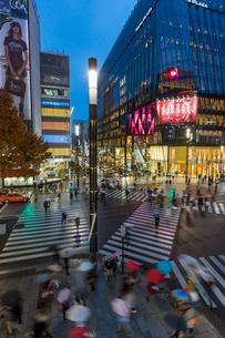 Time lapse overview of Sukiyabashi pedestrian crossing, Ginza, Tokyo, Japan, Asiaの写真素材 [FYI03783423]