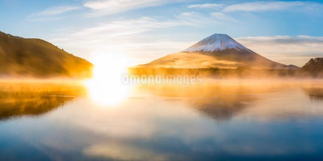 Lake Shoji and Mount Fuji, Fuji Hazone Izu National Park, Japan, Asiaの写真素材 [FYI03783446]