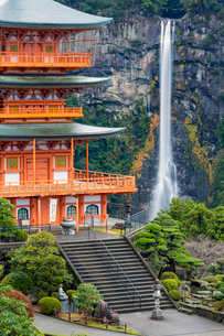 Nachisan Seiganto-ji pagoda at Kumano Nachi Shrine with Nachi Falls in the background, Wakayama, Japの写真素材 [FYI03783450]