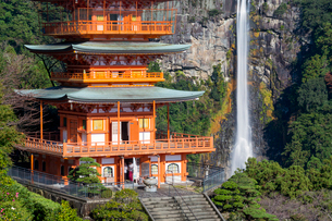 Nachisan Seiganto-ji pagoda at Kumano Nachi Shrine with Nachi Falls in the background, Wakayama, Japの写真素材 [FYI03783451]