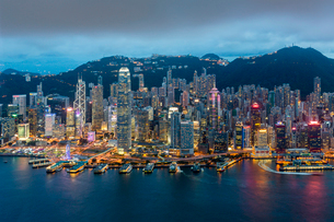 Elevated view, Harbour and Central district of Hong Kong Island and Victoria Peak, Hong Kong, China,の写真素材 [FYI03783452]