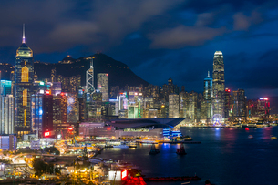 Elevated view, Harbour and Central district of Hong Kong Island and Victoria Peak, Hong Kong, China,の写真素材 [FYI03783455]