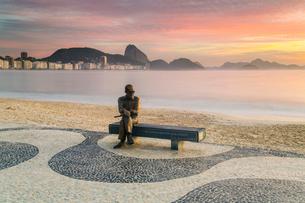 Brazilian poet Carlos Drummond de Andrade statue at Copacabana beach sidewalk, Rio de Janeiro, Braziの写真素材 [FYI03783477]