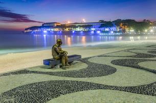 Brazilian poet Carlos Drummond de Andrade statue at Copacabana beach sidewalk, Rio de Janeiro, Braziの写真素材 [FYI03783478]