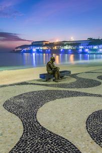 Brazilian poet Carlos Drummond de Andrade statue at Copacabana beach sidewalk, Rio de Janeiro, Braziの写真素材 [FYI03783483]