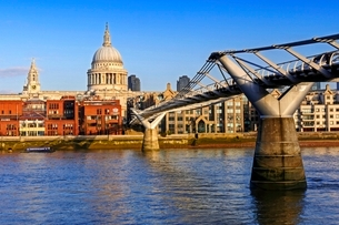 Millennium Bridge, Thames River and St. Pauls Cathedral, London, England, United Kingdom, Europeの写真素材 [FYI03783511]