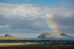 Rainbow over hills and dwellings, looking towards Clogher and Rosroe, Dingle Peninsula, County Kerryの写真素材 [FYI03783529]