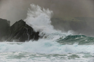 Waves crashing on rocks, Clogher Bay, Clogher, Dingle Peninsula, County Kerry, Ireland, British Isleの写真素材 [FYI03783531]