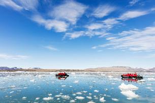Tourist zodiac in an iceberg filled glacial lagoon, Spitsbergen, Svalbard, Arctic, Norway, Europeの写真素材 [FYI03783543]
