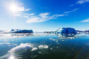 Iceberg filled glacial lagoon, Spitsbergen, Svalbard, Arctic, Norway, Europeの写真素材 [FYI03783563]