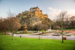 Edinburgh Castle, UNESCO World Heritage Site, seen from Princes Street Gardens at sunset, Edinburgh,の写真素材 [FYI03783734]