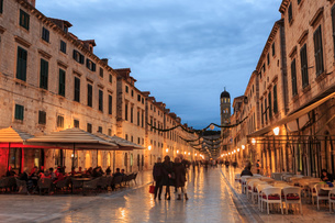 Cafes on Stradun (Placa), pedestrian promenade, evening blue hour, Old Town, Dubrovnik, UNESCO Worldの写真素材 [FYI03783790]
