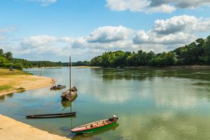 Boats on the Garonne, a great French river, at this attractive town near Marmande, Couthures-sur-Garの写真素材 [FYI03783811]