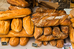 Bread for sale on popular Thursday market day in this south western historic bastide town, Eymet, Beの写真素材 [FYI03783812]