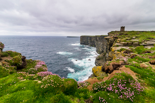 High above the cliffs, the Kitchener Memorial, Orkney Islands, Scotland, United Kingdom, Europeの写真素材 [FYI03783912]