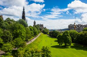 View over Princes Street Gardens, Edinburgh, Scotland, United Kingdom, Europeの写真素材 [FYI03783914]