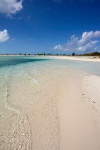 A sand bar on Water Cay, off the northern tip of Providenciales, Turks and Caicos, in the Caribbean,の写真素材 [FYI03783920]