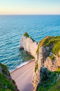 White chalk cliffs on the coast of the English Channel (La Manche), Etretat, Seine-Maritime Departmeの写真素材 [FYI03783957]