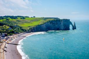 White chalk cliffs and Aiguille d'Etretat, natural stone arch on the coast, Etretat, Seine-Maritimeの写真素材 [FYI03783974]