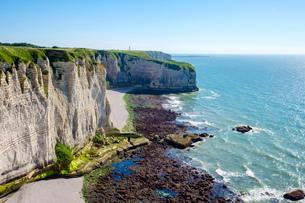 White chalk cliffs on the coast of the English Channel (La Manche), Etretat, Seine-Maritime Departmeの写真素材 [FYI03783975]