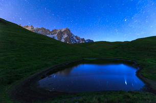 Stars reflected in a pool, Mont de la Saxe, Ferret Valley, Courmayeur, Aosta Valley, Italy, Europeの写真素材 [FYI03783999]