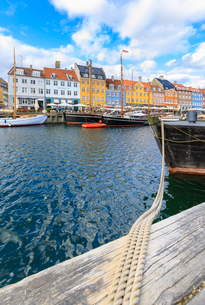 Colourful facades and typical boats along the canal and entertainment district of Nyhavn, Copenhagenの写真素材 [FYI03784044]