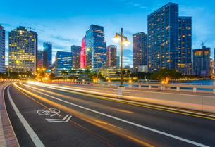 Bridge leading to Brickell Key and Downtown Miami skyline at dusk, Downtown Miami, Miami, Florida, Uの写真素材 [FYI03784072]