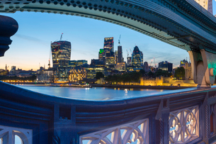 View of City of London skyline from Tower Bridge at dusk, London, England, United Kingdom, Europeの写真素材 [FYI03784220]